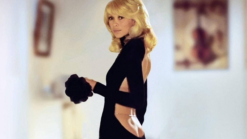 Mireille Darc en robe Guy Laroche dans le film Le Grand Blond