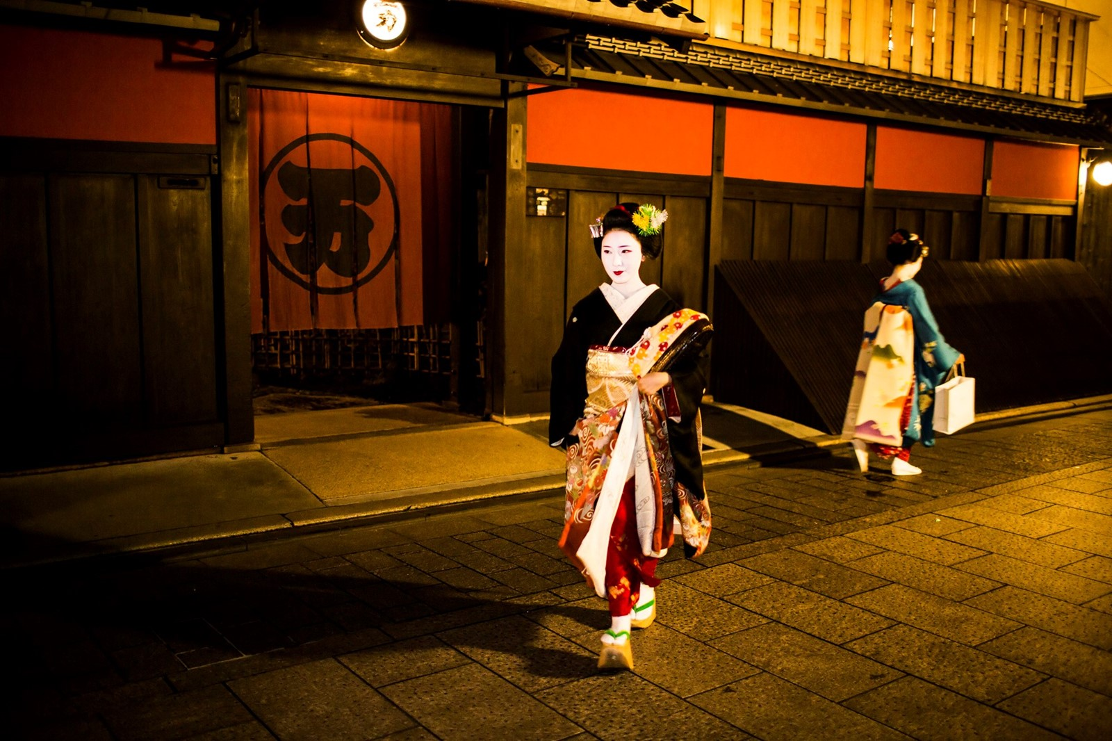 Maikos in Gion Kyoto Japan (C) Getty Images