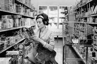 Audrey Hepburn with Ip in the supermarket, 1958