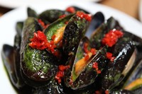 Grilled mussels with chili and pesto