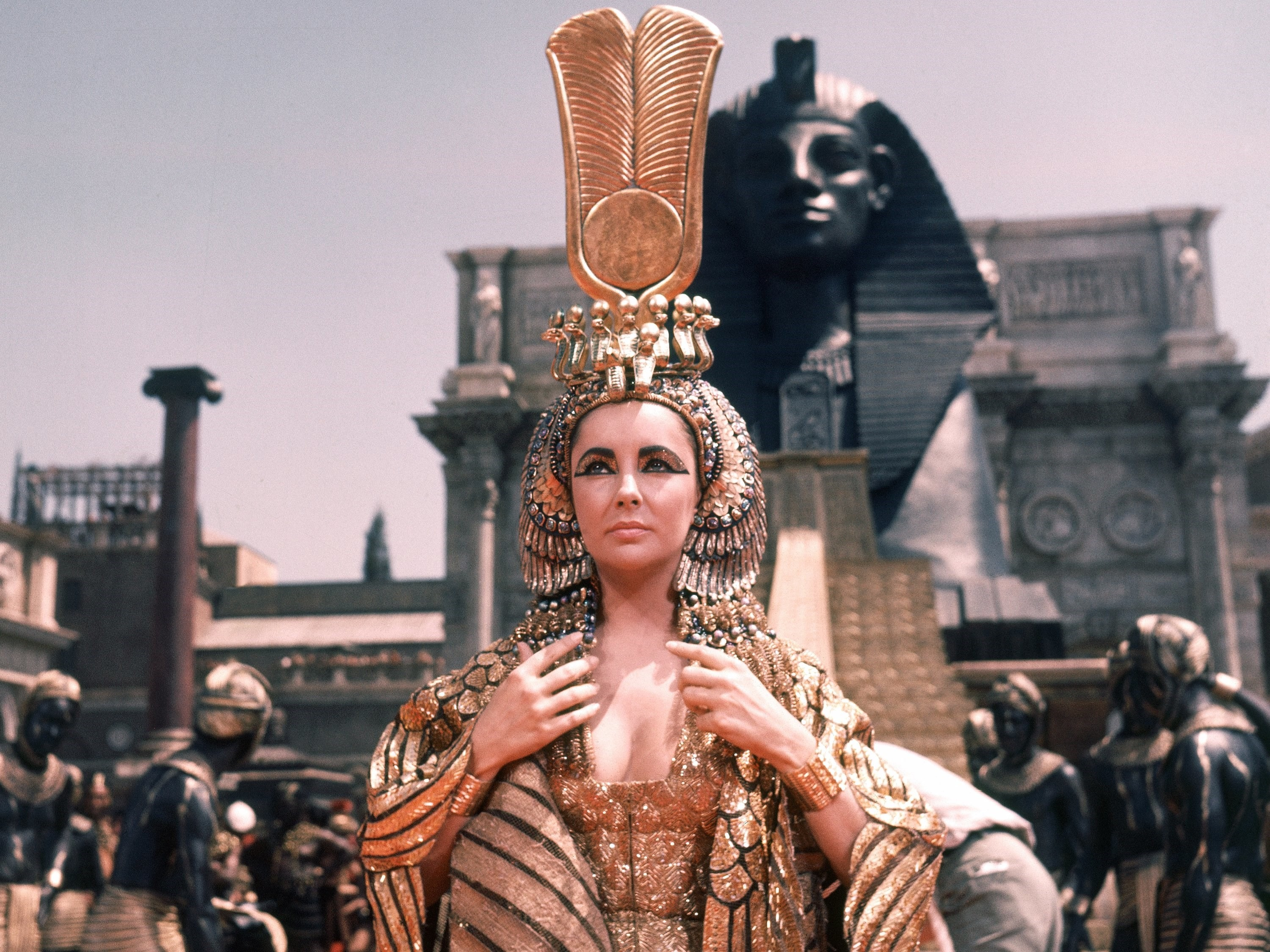 Charting Elizabeth Taylor S Powerful Costumes In Cleopatra Another