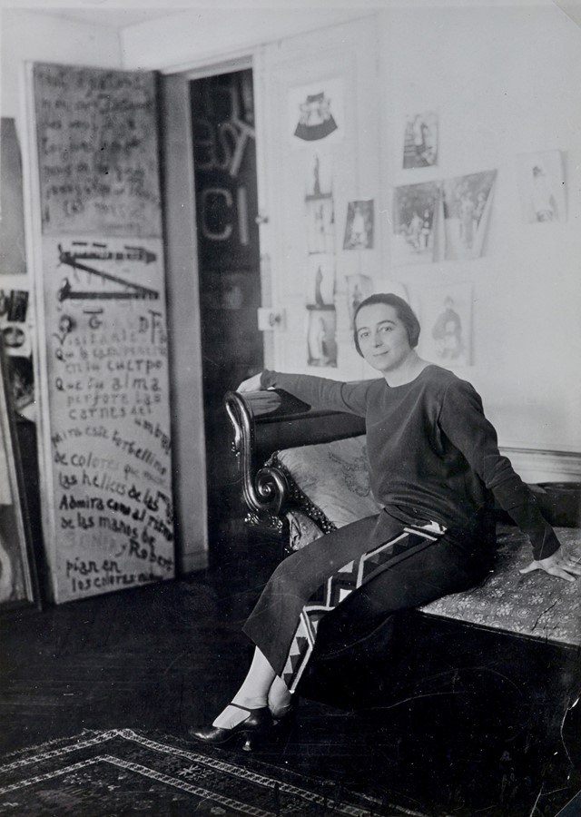 Sonia Delaunay in front of her door-poem