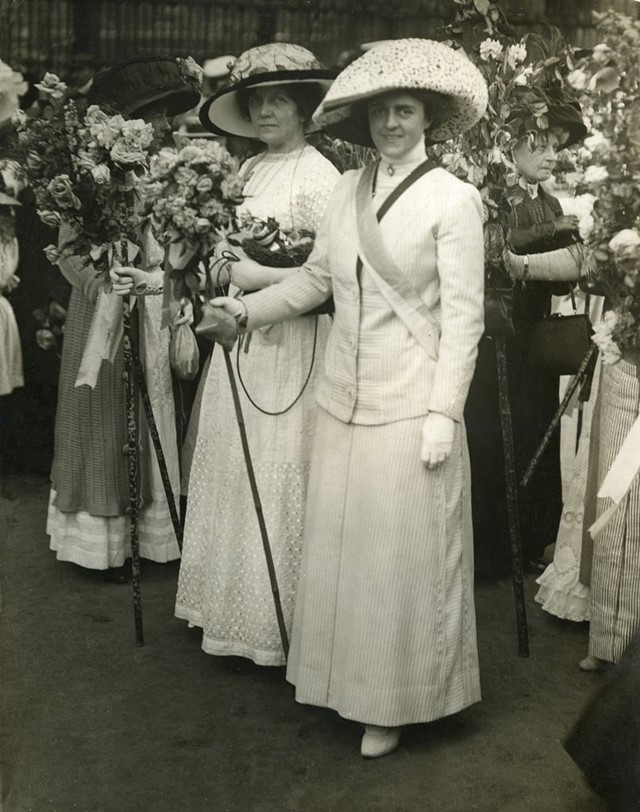 suffragettes-with-flowers-c1914-1024