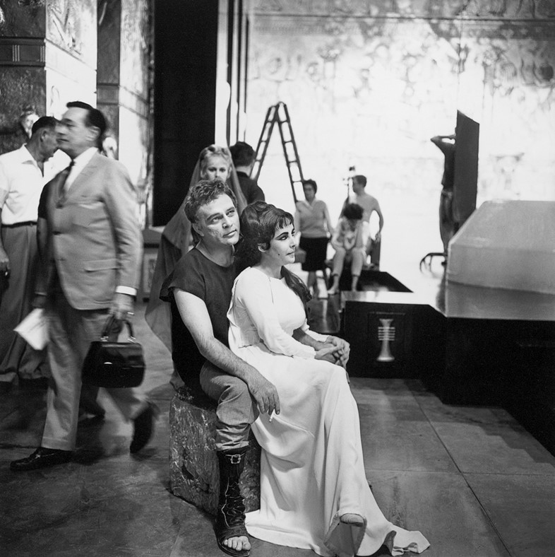 Elizabeth Taylor and Richard Burton behind the scenes of Cle