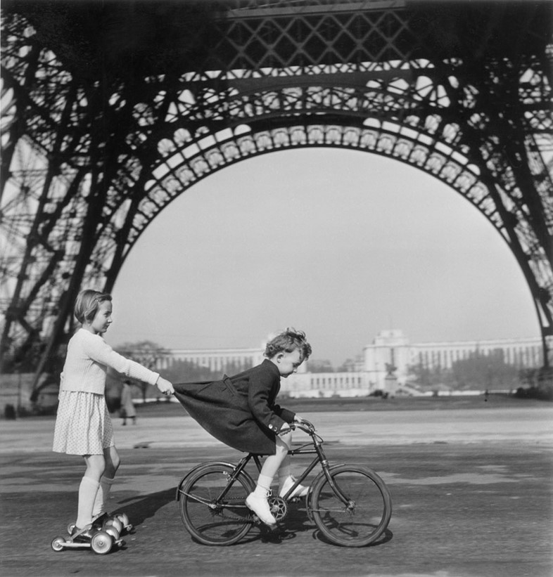 Towing on the Champ-de-Mars Paris, 1943