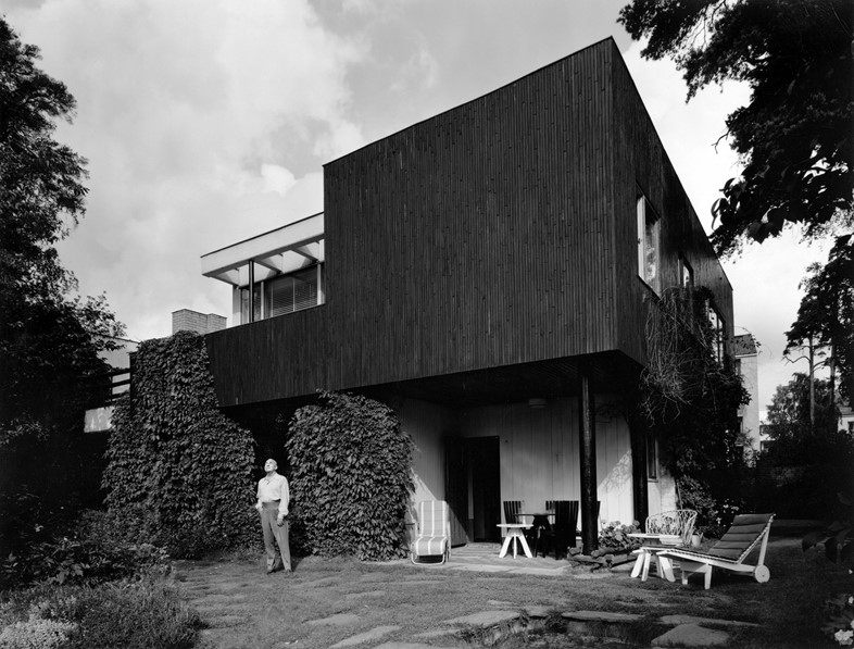 Alvar_Aalto_in_front_of_house_1930s