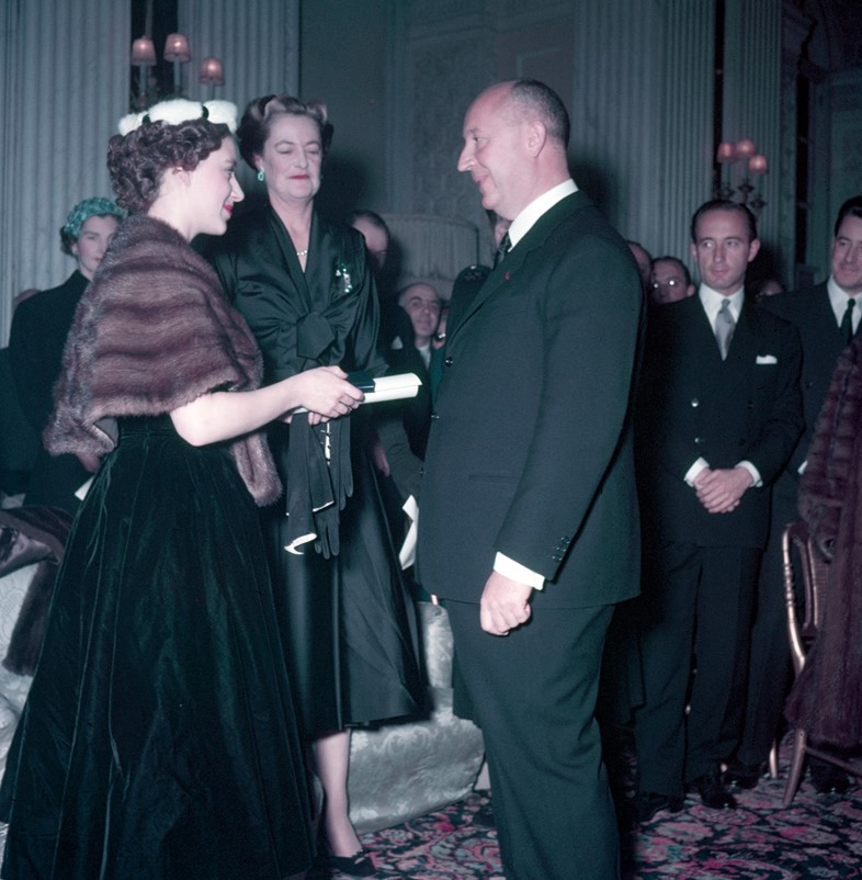 Princess-Margaret-presents-Christian-Dior-with-a-s