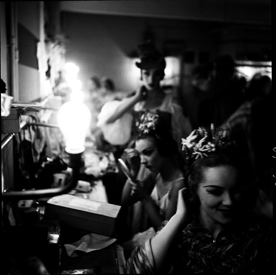 Corps-de-Ballet,-dressing-room,-Sadlers-Wells,-194