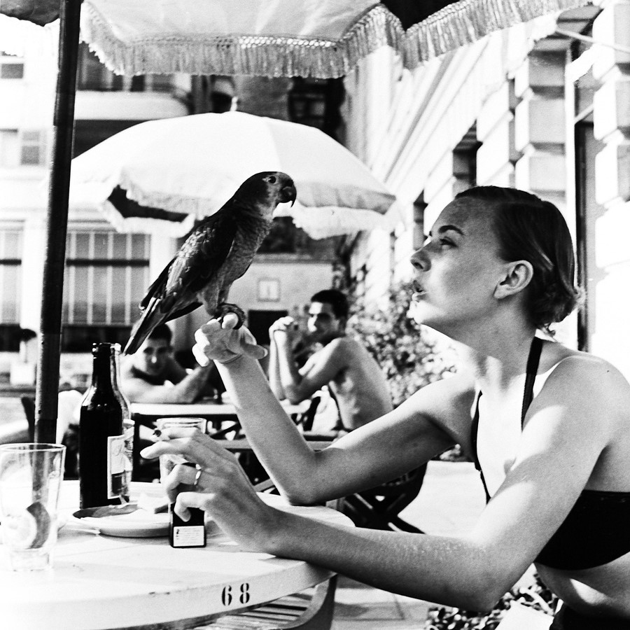 Shelagh-Wilson-with-parrot,-Copacobana,-1951-©-Vic