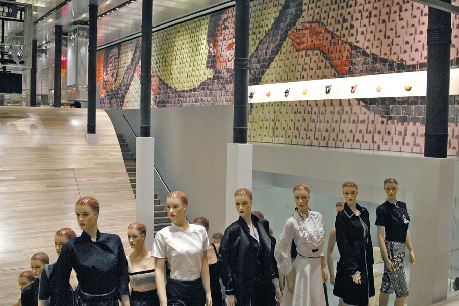 Prada_Chinawall2